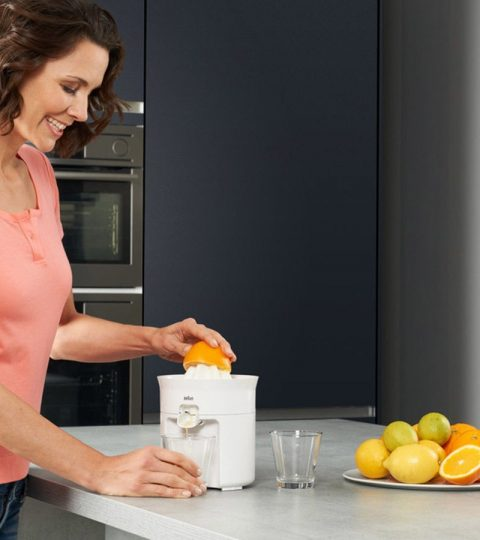 braun_tribute-collection_cj-3050_citrus-juicer_4-in-use